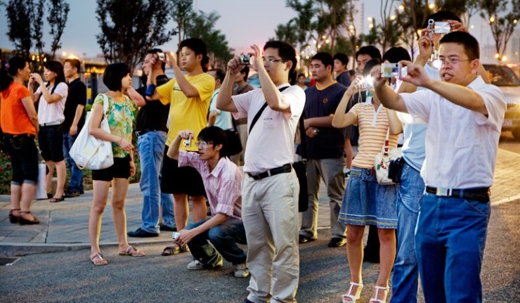 chinese-tourists-taking-pictures-740x431
